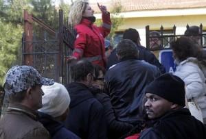 Ciudadanos-griegos-inmigrantes-esperan-Atenas_MILIMA20150319_0010_11