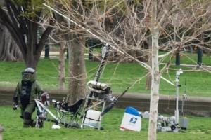 Un técnico y un robot de la Policía inspeccionan el helicóptero aterrizado en el Capitolio.