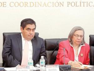 El presidente del Senado, Miguel Barbosa Huerta, y Sylvia Schmelkes, consejera presidenta del INEE, durante la entrega del Informe 2015 Los Docentes en México.