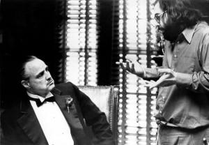 El-director-Francis-Ford-Coppola-da-instrucciones-a-Marlon-Brando-durante-el-rodaje-de-El-Padrino-