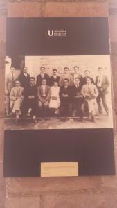 """""""Un grupo de estudiantes en la que destaca la única alumna al centro, 1940""""."""