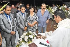 contrayentes-acompanados-presidente-municipal_MILIMA20150816_0023_11