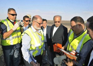 SIN07. Sinai (Egypt), .- The Egyptian Prime Minister, Sherif Ismail (C), exams the crashed Russian plane's black box at the crashsite, Sinai, Egypt, 31 October 2015. According to reports the Egyptian Government has dispatched more than 45 ambulances to the crash site of the Kogalymavia Metrojet Russian passenger jet, which disappeared from raider after requesting an emergency landing early 31 October, crashing in the mountainous al-Hasanah area of central Sinai. The black box has been recovered at the site. (Egipto) EFE/EPA/STR EGYPT OUT