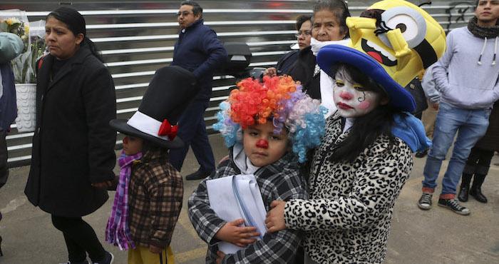 MÉXICO, D.F., 29ENERO2016.- Amigos y familiares de los trabajadores que perdieron la vida tras la explosión del hospital materno infantil de Contadero en la delegación Cuajimalpa, marcharon del centro de la delmarcación hacia el lugar donde se encontraba el nosocomio para conmemorar a las victimas tras un año de lo suscedido. FOTO: SAÚL LÓPEZ /CUARTOSCURO.COM