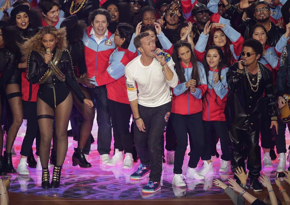 Beyonce, de izquierda a derecha, Chris Martin de la banda Coldplay y Bruno Mars durante su presentación en el espectáculo de medio tiempo del Super Bowl 50 de la NFL el domingo 7 de febrero de 2016 en Santa Clara, California. (Foto AP/Charlie Riedel)