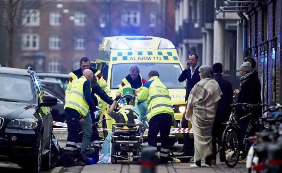 Un-policía-es-trasladado-en-una-ambulancia-en-el-ataque-contra-un-centro-cultural-en-Copenhague-este-14-de-febrero.-LARS-RONBOG-GETTY-IMAGES