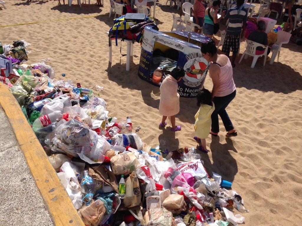 60101170. Acapulco, 01 Ene 2016 (Notimex-Adriana Covarrubias).- Más de 300 elementos de la Administradora y Promotora de Playas en Acapulco recolectaron este día 26 toneladas de basura entre los accesos, la franja de arena y el mar. NOTIMEX/FOTO/ADRIANA COVARRUBIAS/COR/HUM